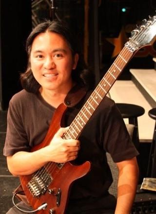Darin Au with guitar