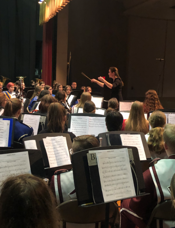 Lori Schwartz Reichl conducting band students on stage