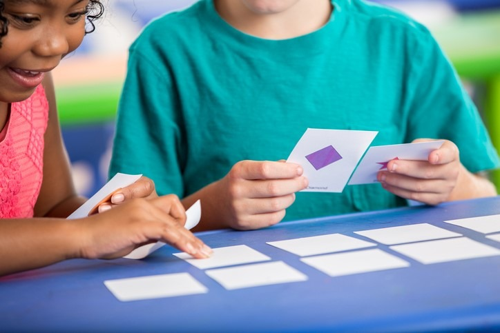 young students use flash cards
